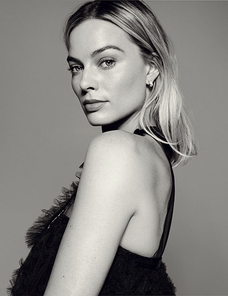 Portrait en noir et blanc de l'actrice Margot Robbie.