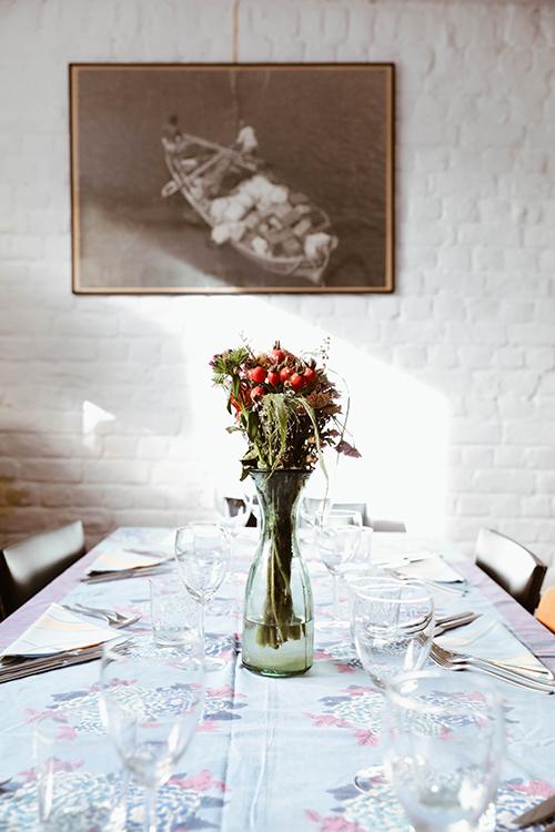 Photo du bouquet sur la table du restaurant 52 and The Secret Garden