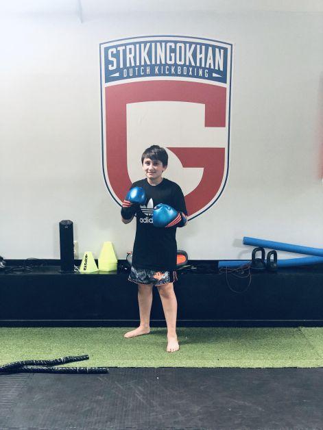 Jeune garçon faisant de la boxe.