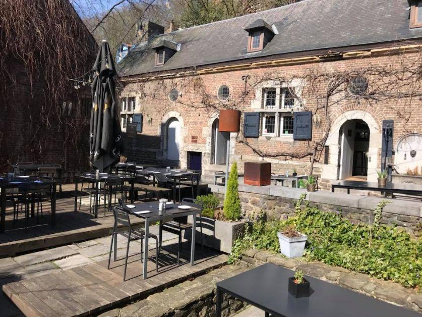 Photo de la terrasse ensoleillée de la Brasserie {C}.
