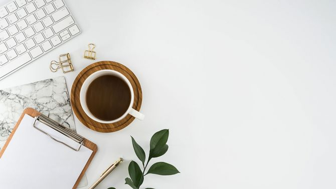 Tasse de café sur un bureau.