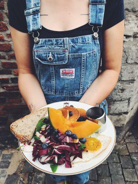 Photo d'une assiette de fruits et légumes servie pour le brunch.