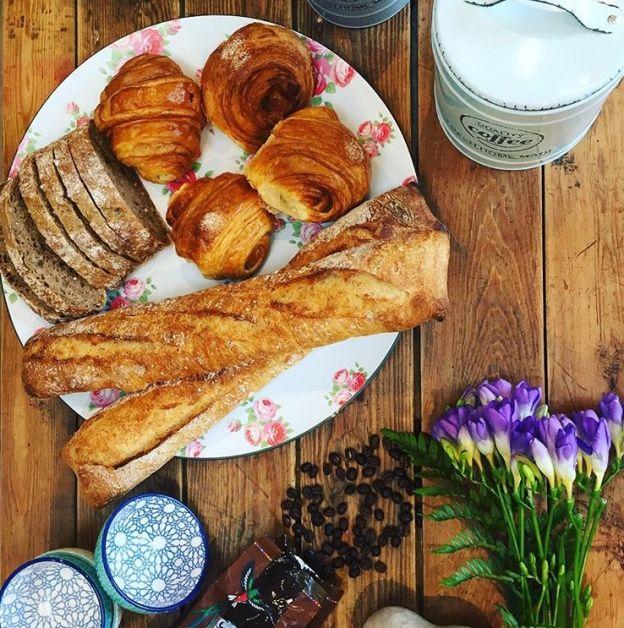 Photo d'une assiette de pâtisseries chez Juste Un Moment.