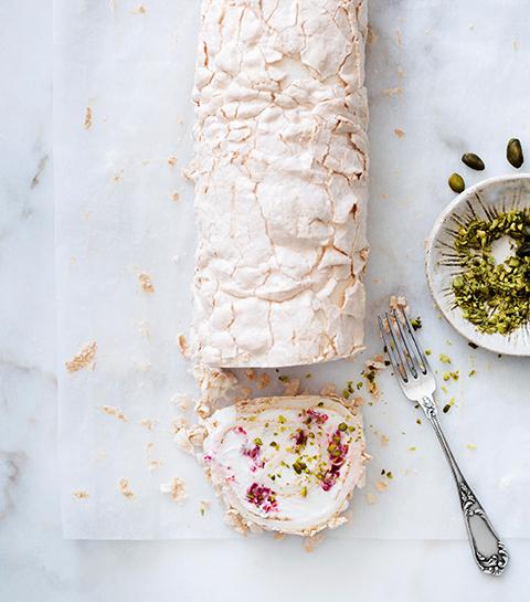 Meringue roulée à la crème, framboises et pistaches
