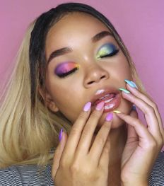 Rainbow nails : la manucure multicolore à adopter cet été