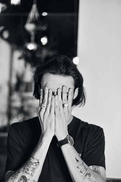 Photo de Roméo Elvis la tête dans ses mains