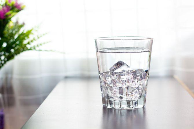 Verre d'eau plate avec glaçons.