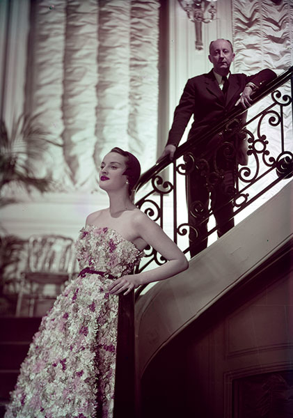 Christian Dior et un mannequin posent ensemble pour le ELLE France.