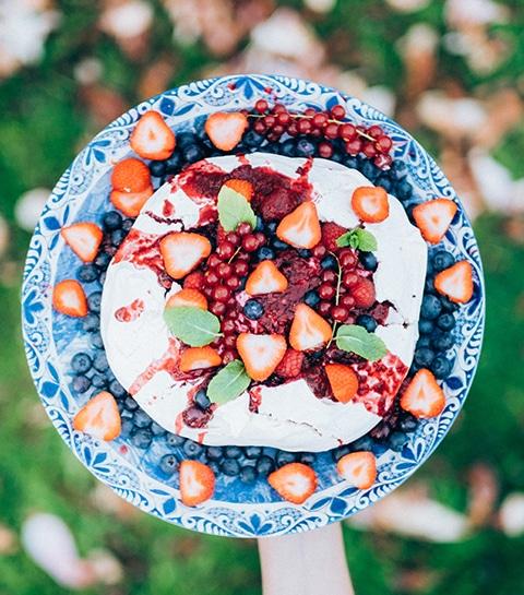 Pavlova aux fruits rouges, granola & menthe