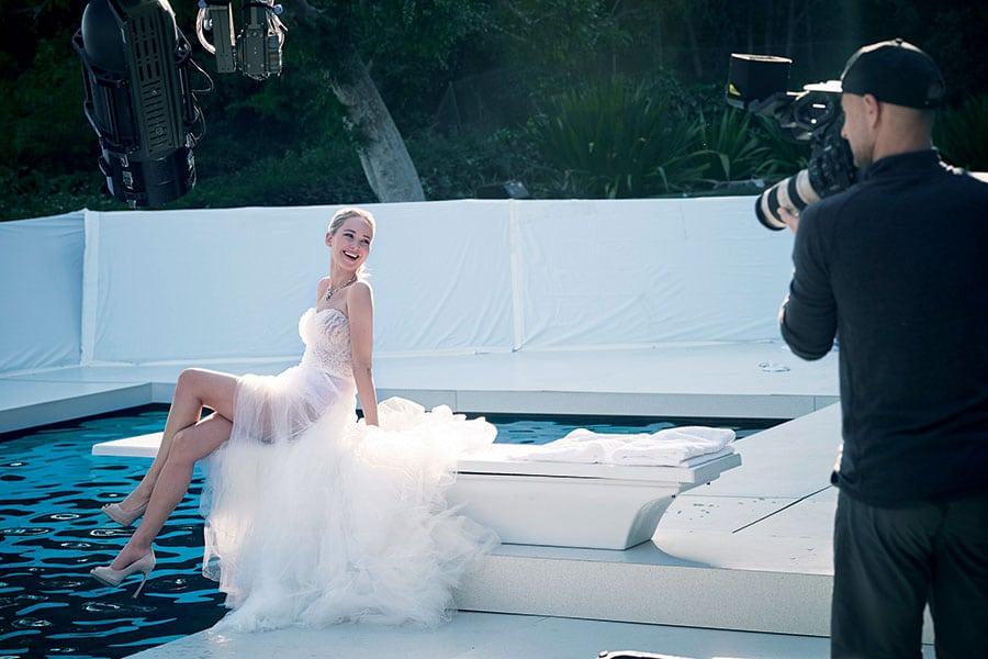 Visage du parfum Joy, l'actrice Jennifer Lawrence apparait tout sourire sur le plateau de tournage du spot vidéo à Los Angeles.