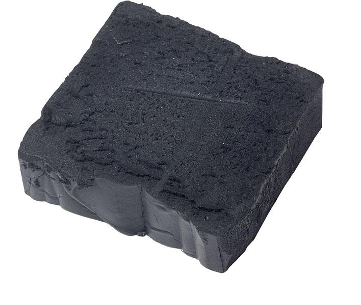 Shampoing solide noir au charbon actif.