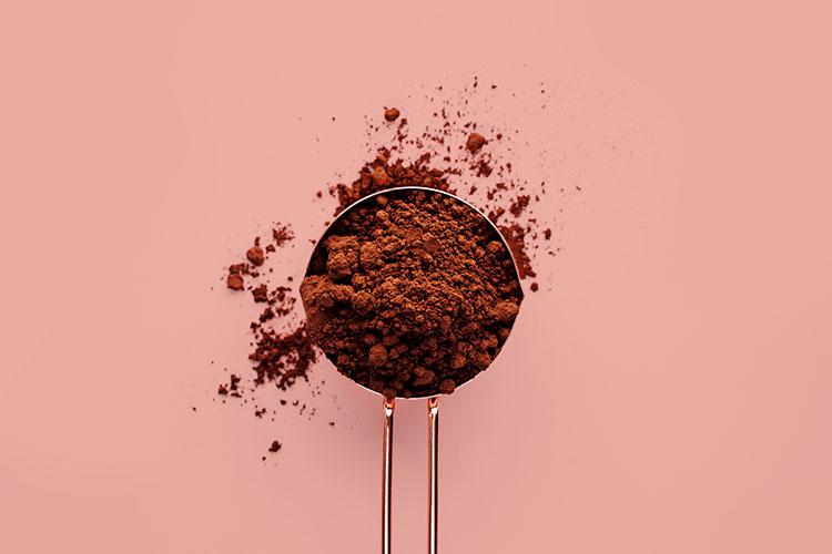 Crème bronzante maison à base de poudre de cacao.
