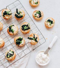 Mini tartes salées au fromage frais, épinards et petits pois