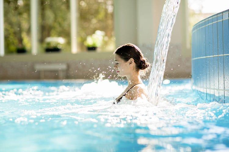 Femme en maillot profitant des bienfaits d'un spa.