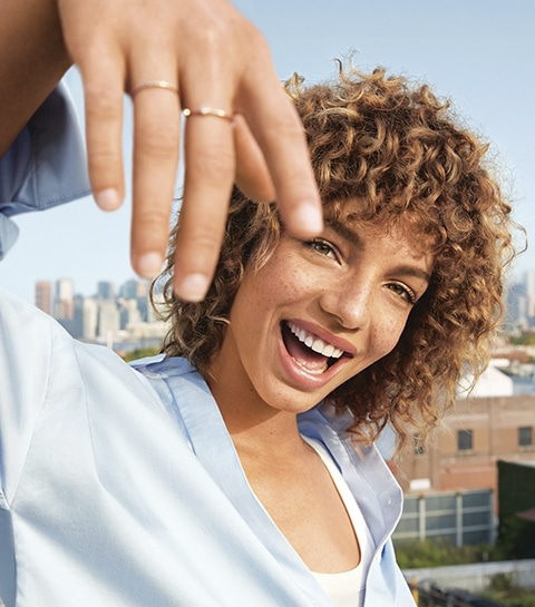 Qui est Alicia Herbeth, l'égérie solaire du parfum iconique de DKNY ?