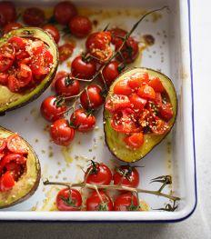 Avocat au four et tomates grillées