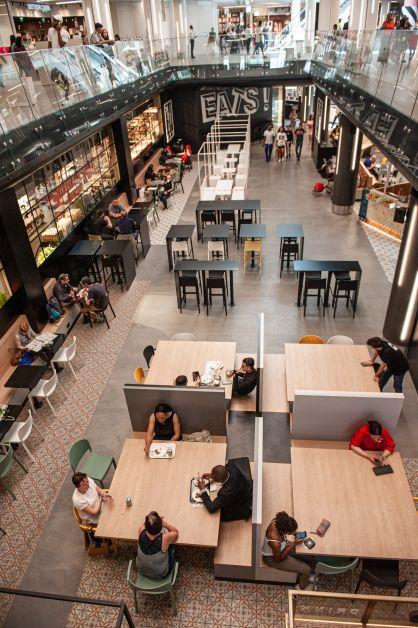L'espace Eats est un open-space à l'architecture urbaine