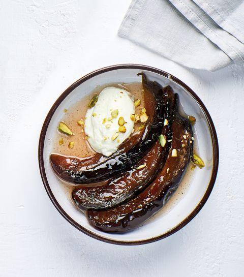 Aubergines confites, quenelle de yaourt et éclats de pistache