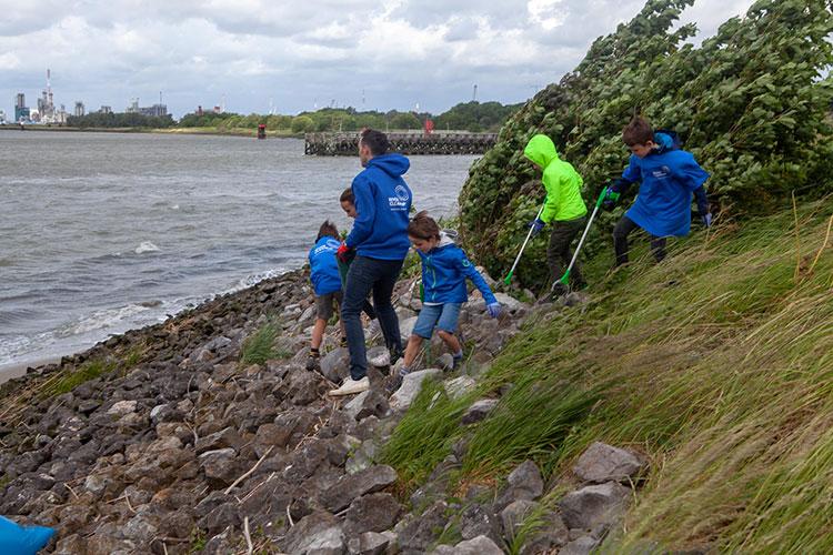 Famille qui participe à River Cleanup