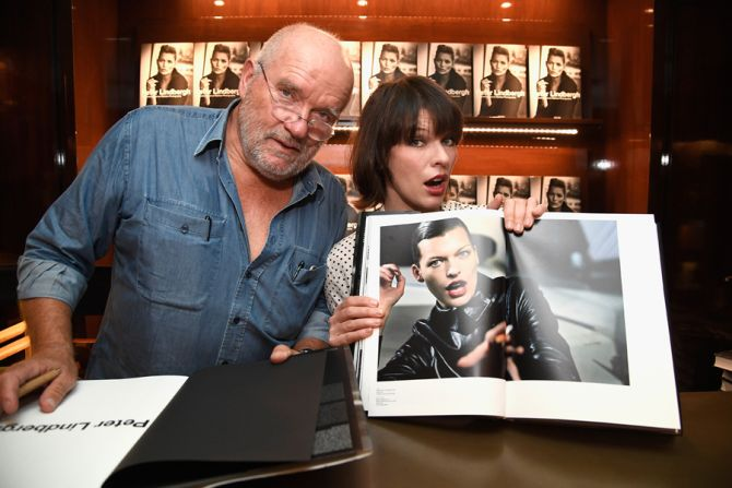"""Peter Lindbergh et Milla Jovovich à la signature de son livre """"A Different Vision On Fashion Photography"""" TASCHEN, en 2016 (photo Frazer Harrison/Getty Images)"""