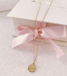 Crush: un collier seins qu'on shoppe pour la bonne cause