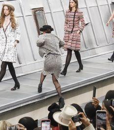 Le oups du jour: une humoriste s'incruste sur le défilé Chanel (vidéo)