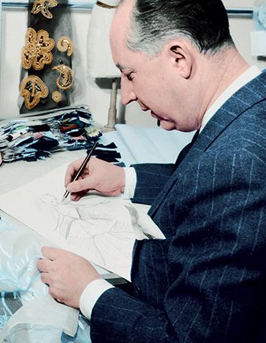 Christian Dior en plein travail dans l'atelier de l'avenue Montaigne.