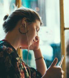 «Dis-moi oui» : un nouveau podcast belge sur le consentement