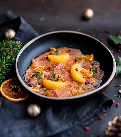 Carpaccio de saumon mariné aux épines de sapin et mandarine