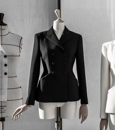 Dior dévoile le savoir-faire de son iconique tailleur Bar