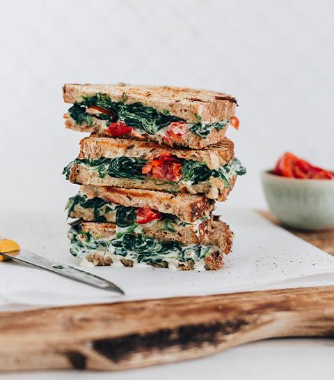 Sandwich grillé, épinards et tomates sechées