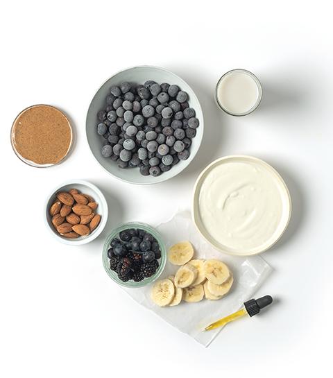 Smoothie bowl aux myrtilles, amandes et CBD
