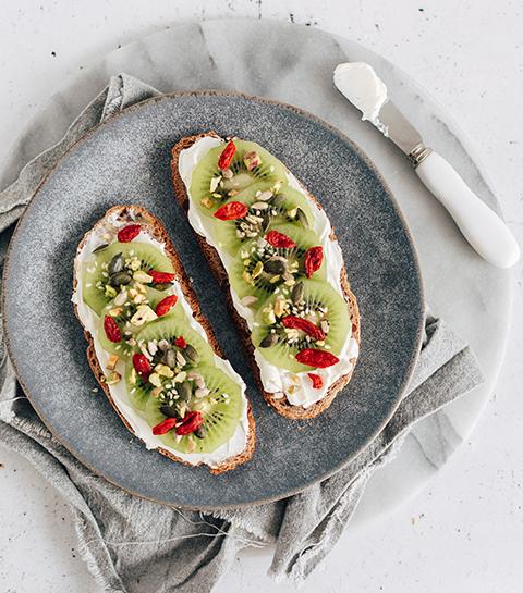 Tartine fromage frais, kiwi et pistaches pour le petit-déj'
