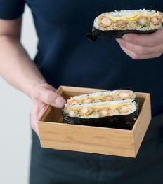 Sandwich onigiri aux crevettes panées