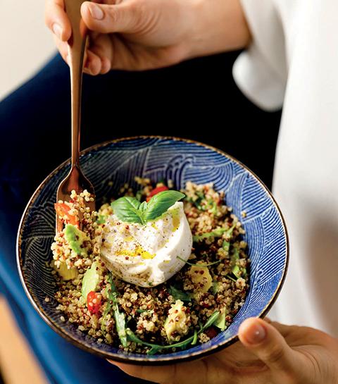 Salade de quinoa, avocat, burratina et tomates cerises