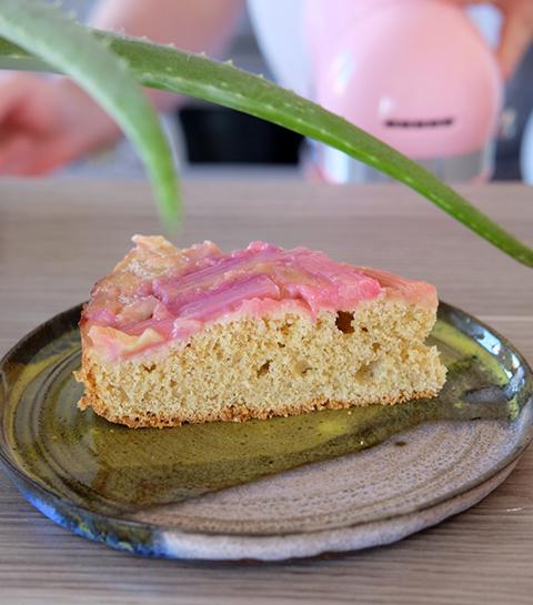 Part de gâteau à la rhubarbe