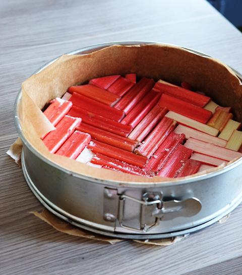 Préparation du gâteau rhubarbe