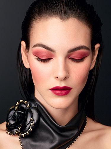 Visuel de la campagne montrant un maquillage réalisé avec avec la palette d'ombres à paupières Candeur et Séduction de la collection automne-hiver 2020 de CHANEL.