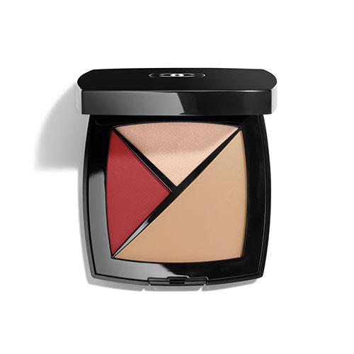 La Palette Essentielle de CHANEL comprend un concealer, un highlighter et une teinte colorée pour les lèvres et les pommettes.