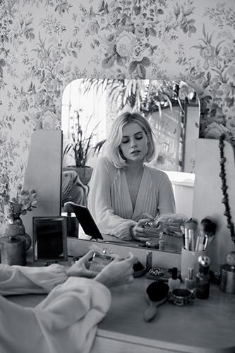 Lucy Boynton dans la campagne pub pour Rose Tangerine, la nouvelle version de Chloé Signature eau de toilette.