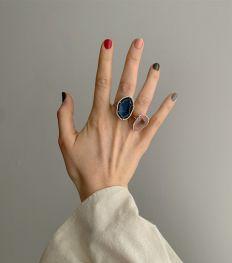 Karolin Van Loon assortit ses bijoux raffinés à des vernis à ongles