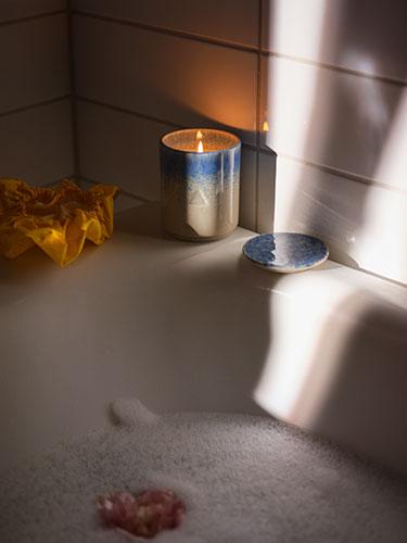 Ikea s'associe à Byredo et lance une collection de 13 bougies parfumées au design élégant et durable pour transformer votre intérieur en cocon chaleureux.