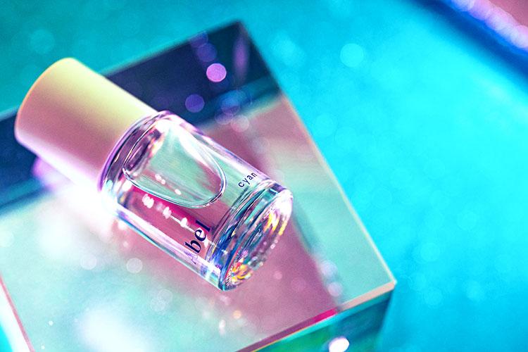 Cyan Nori est un parfum à la fois sucré et salé composé de notes de tangerine, de musc végétal et de nori.