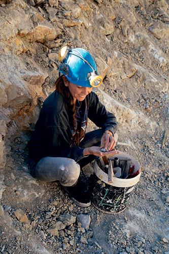 Chloé Sarasola lors d'un de ses voyages à la recherche de pierres.