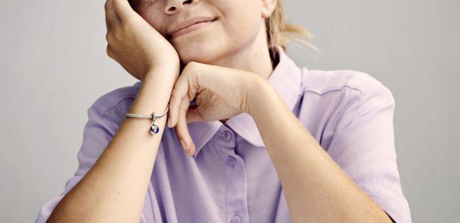 femme portant un bijou pandora