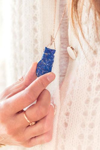 Un lapis-lazuli en provenance de l'Afghanistan pour avoir un bon ancrage.