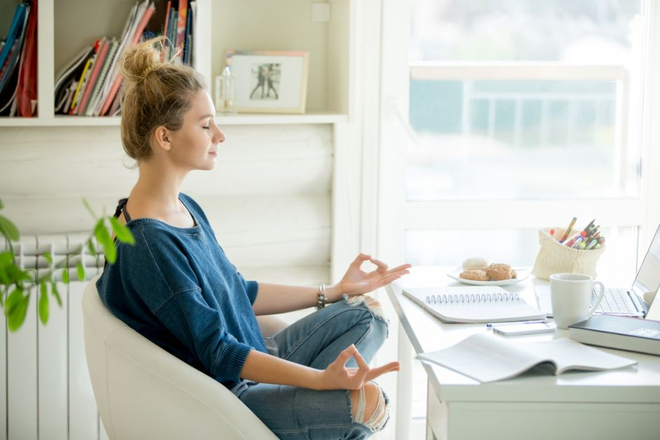femme en télétravail qui médite à son bureau