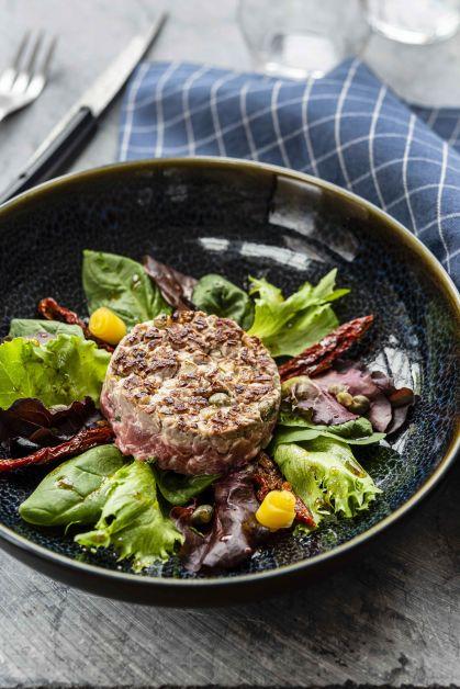 Tartare de bœuf snacké à l'unilatéral et sa salade de pousses