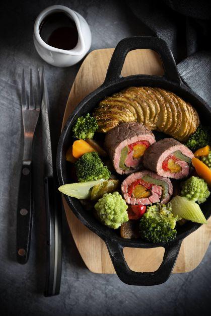 Roulé de bœuf aux petits légumes, pommes de terre en éventail