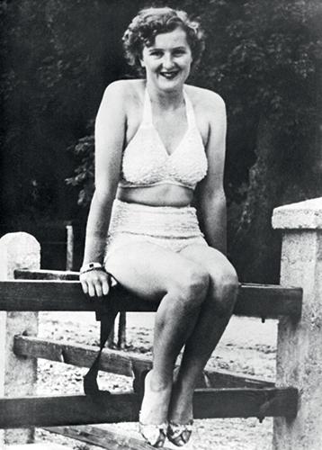 Eva Braun posant dans un maillot blanc.